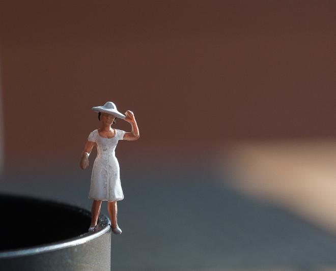 dam i vit klänning-1385