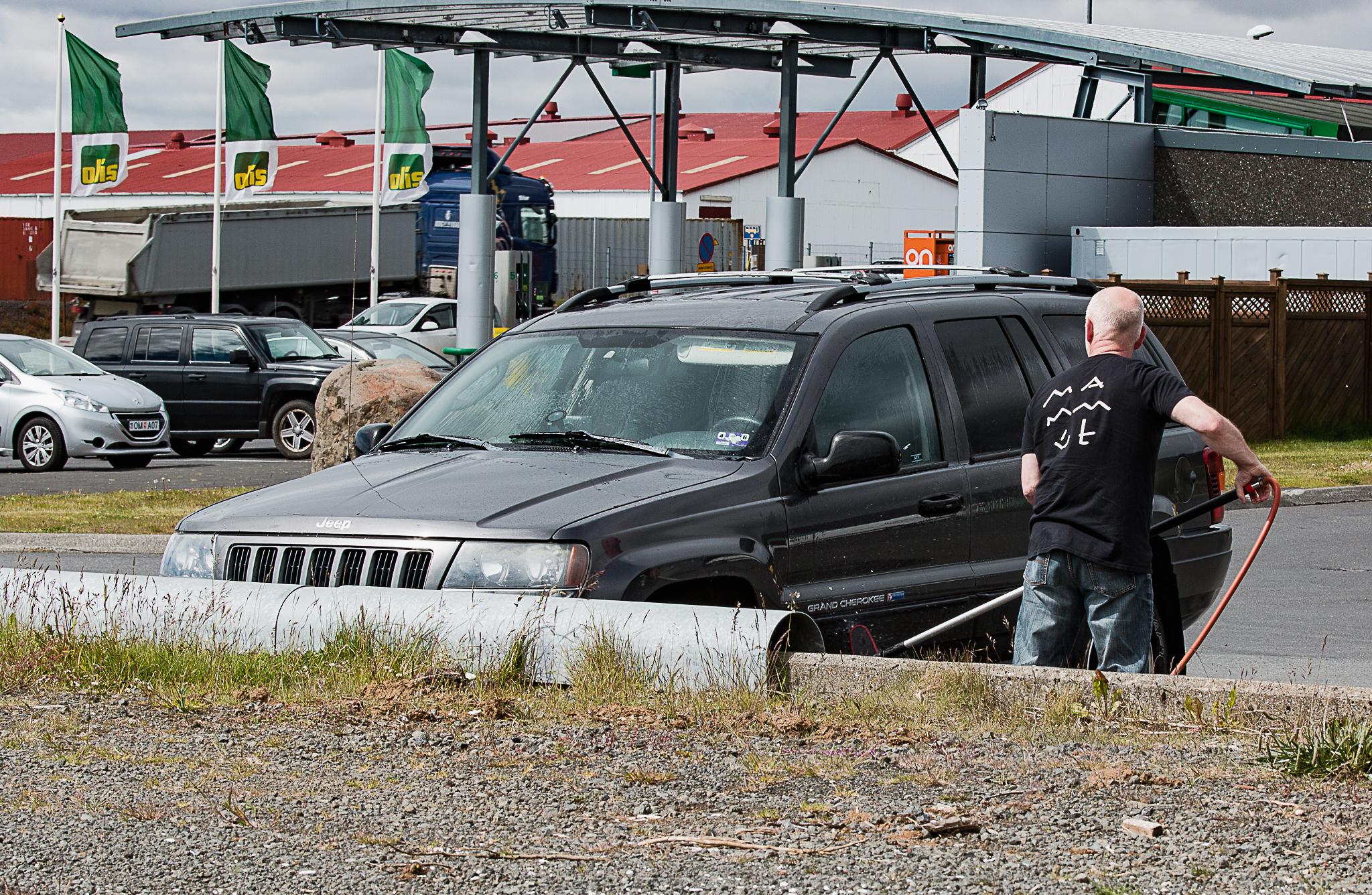 Halle tvättar bilen-2548
